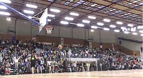 Ambiance de folie lors de la finale du concours de dunk 2013