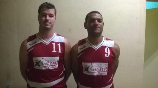 Burkic et Noubissi posent avec leur nouveau maillot (photo : Agen BC)