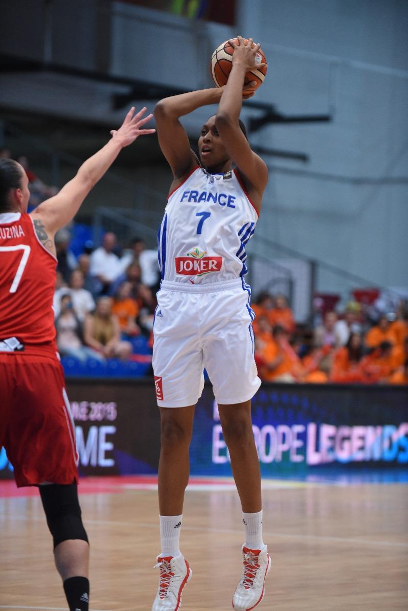 Sandrine Gruda a fêté son anniversaire en signant un match énorme contre les Russes (photo : FIBA)
